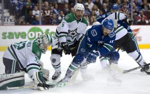 Brad Richardson (VAN) tries to jam the puck by goalie Kari Lehtonen (DAL) - (AP Photo/Canadian Press - Jonathan Hayward)